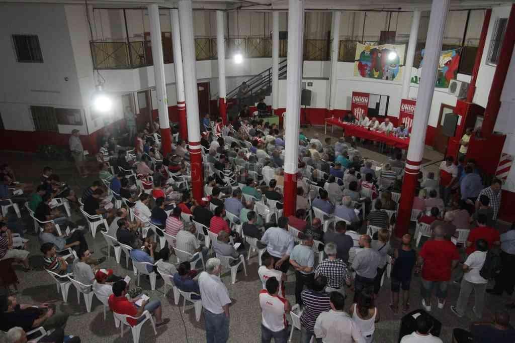 Una imagen de una de las asambleas que fue convocada por el club para el tratamiento de Memoria y Balance durante el gobierno de Spahn. Crédito: Manuel Fabatía