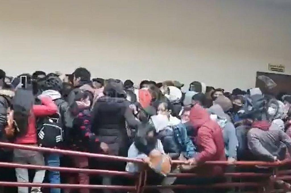 Momento en el que cede la baranda y los estudiantes caen al vacío. Crédito: Captura digital