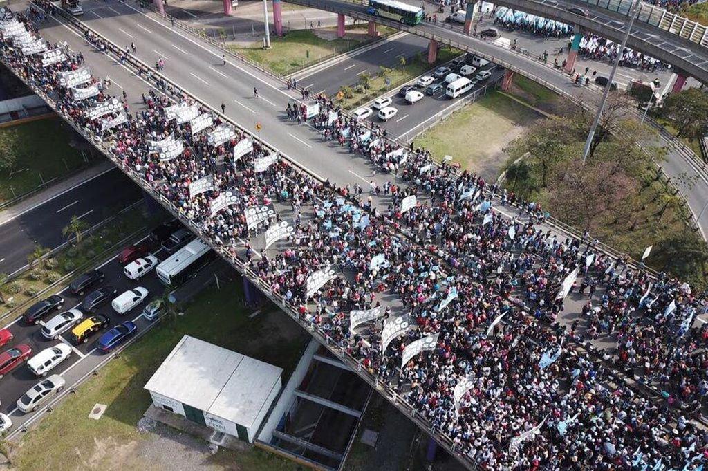 Movimientos Sociales cortan los puentes de acceso a Capital Federal en el año 2019. Crédito: Archivo El Litoral