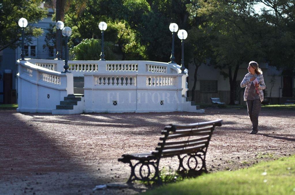 Plaza Constituyentes. En 1968 la municipalidad permitía que las mesas de un bar se instalen en la ochava de la plaza entre Urquiza y Santiago del Estero. Allí don Luis Muñoz provocaba a sus interlocutores estudiantes. Crédito: Pablo Aguirre