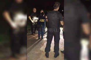 Mataron a un hombre en barrio Loyola - El personal policial tuvo una ardua tarea para acceder al lugar del hecho, ya que la zona se encontraba anegada debido al último temporal.