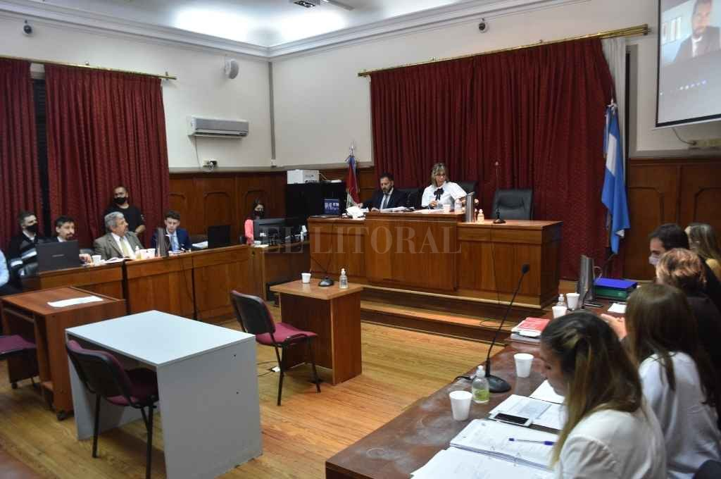 Los jueces Susana Luna (centro), Rodolfo Mingarini (izq.) y Pablo Ruiz Staiger (remoto) presidieron el juicio que comenzó el 4 de febrero y se prolongó durante un mes. Crédito: Flavio Raina.