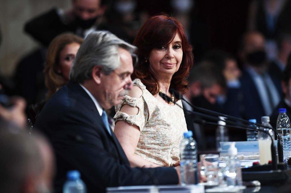 El presidente, duro crítico de Cristina Kirchner en los tiempos previos al acuerdo para su candidatura, es hoy una cabal expresión del varón domado frente a la mujer que lo controla con su sola mirada. Crédito: Télam
