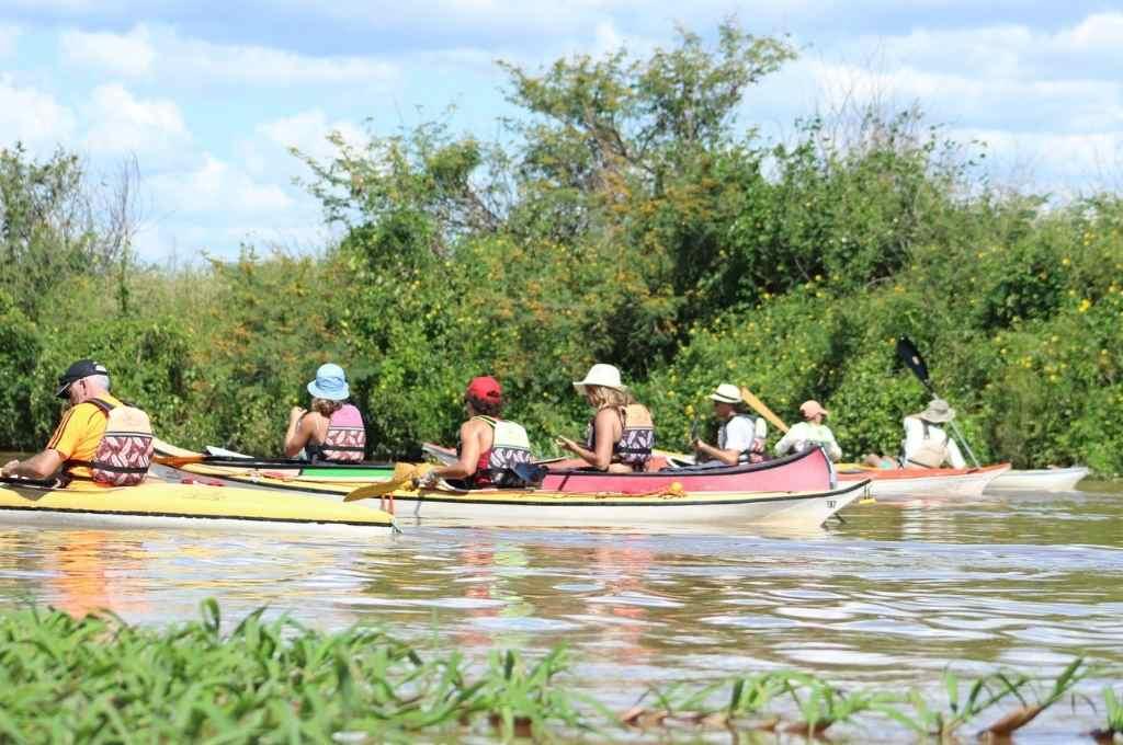 Vacaciones en Santa Fe, lejos del mar y la montaña - Caminos de Ríos. Una propuesta para aprender a remar en kayaks y recorrer las islas y el humedal, desde la zona de la Costa en Arroyo Leyes. Su coordinadora es Milva Azanza.    -