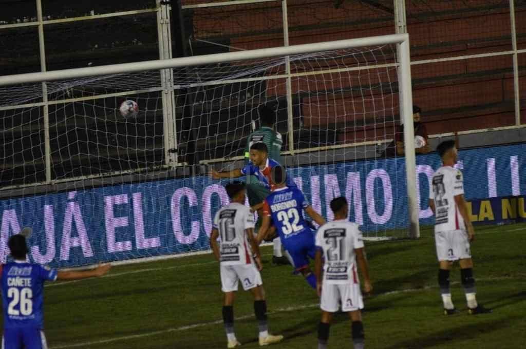 Juan Manuel García, el hombre-gol de Unión, inicia la carrera del festejo junto a Borgnino.   Crédito: Mauricio Garín