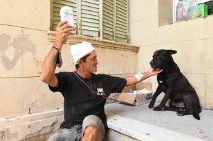 Un perro acompaña a su dueño al Cullen y espera a que le den el alta -