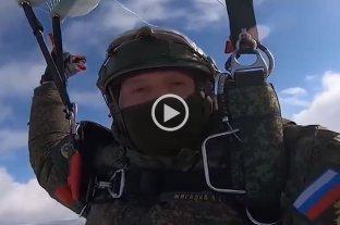 Un mensaje para las mujeres por paracaidistas de las Fuerzas Aerotransportadas de Rusia