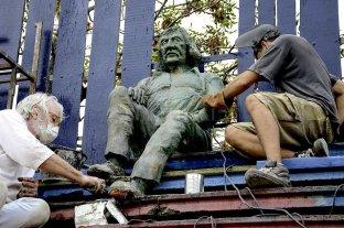 """Instalan una estatua del """"Trinche"""" Carlovich en el estadio """"Gabino Sosa"""""""