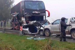 Tres muertos y un bebé herido en un accidente entre una camioneta, un micro y un auto