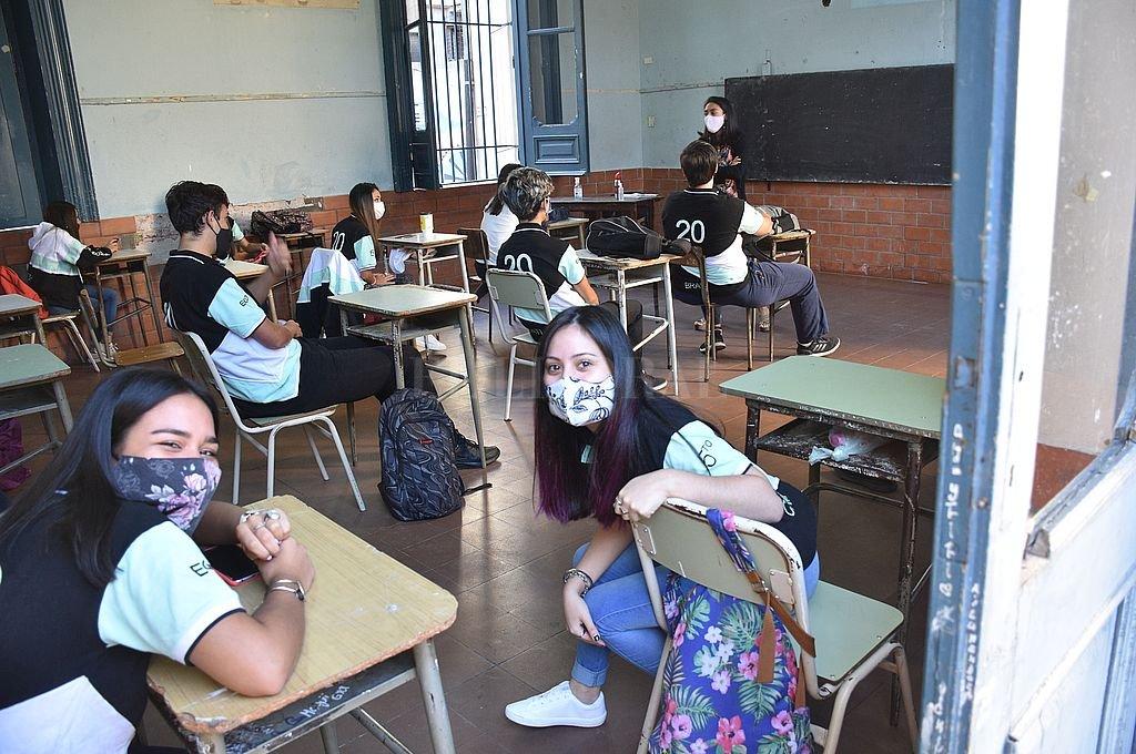"""Puertas y ventanas abiertas todo el tiempo en las aulas, recomiendan los expertos del Conicet. Es para evitar la """"flotación"""" en el aire de la principal vía de contagio de coronavirus: los aerosoles. Crédito: Flavio Raina"""