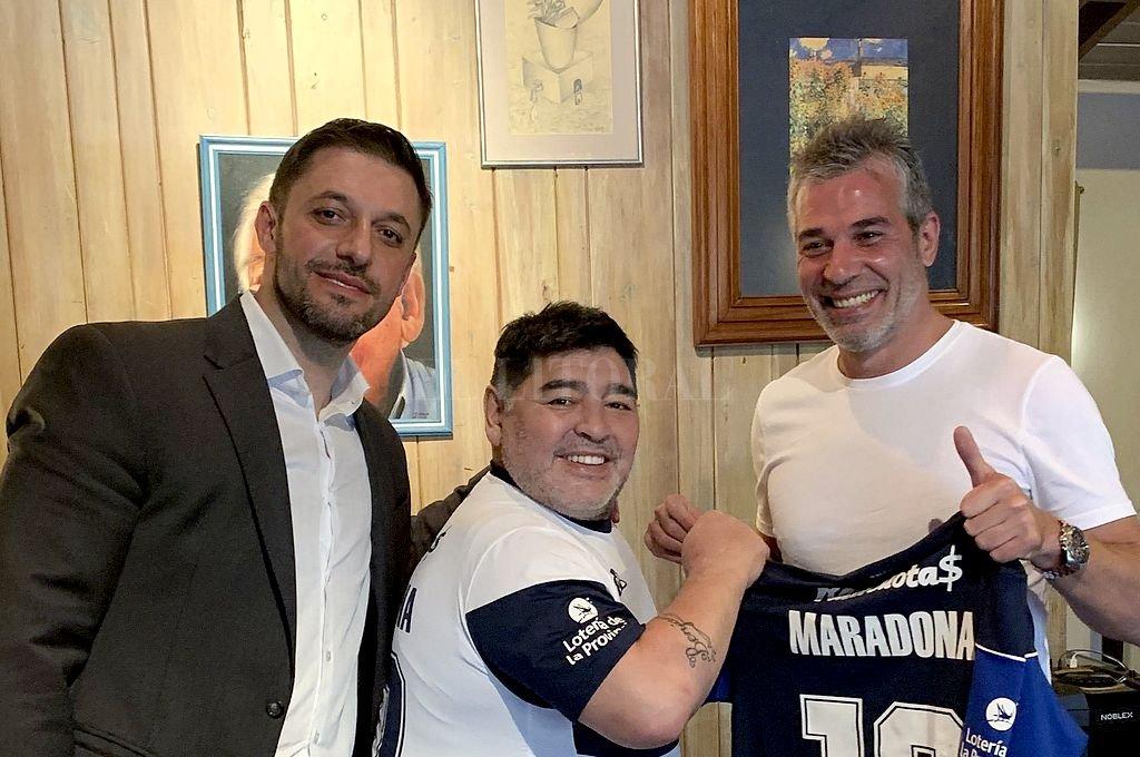 Morla y Maradona con el presidente de Gimnasia LP, Gabriel Pellegrino. Crédito: Archivo El Litoral