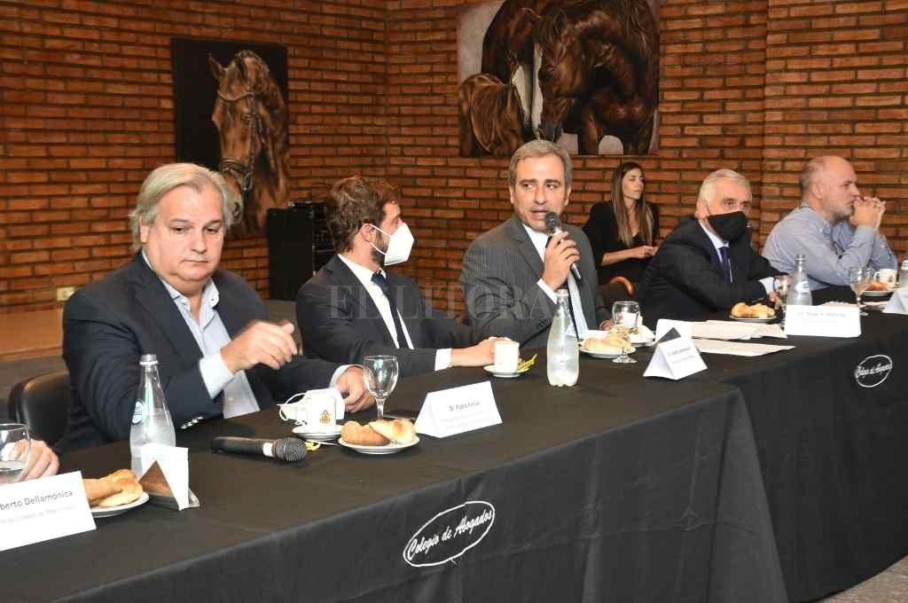 Farías y Martínez encabezaron el encuentro con activa participación de integrantes de los tres poderes y colegios profesionales.    Crédito: Guillermo Di Salvatore
