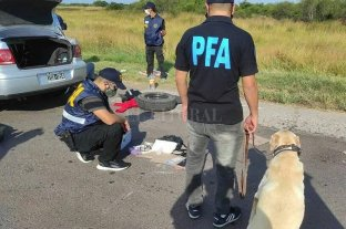 Imputaron a narcos que llevaban un  kilo de cocaína en la rueda de auxilio