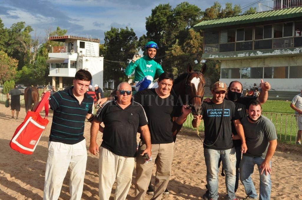 La gente del stud Bernagi festeja en la arena. Crédito: Manuel Fabatía
