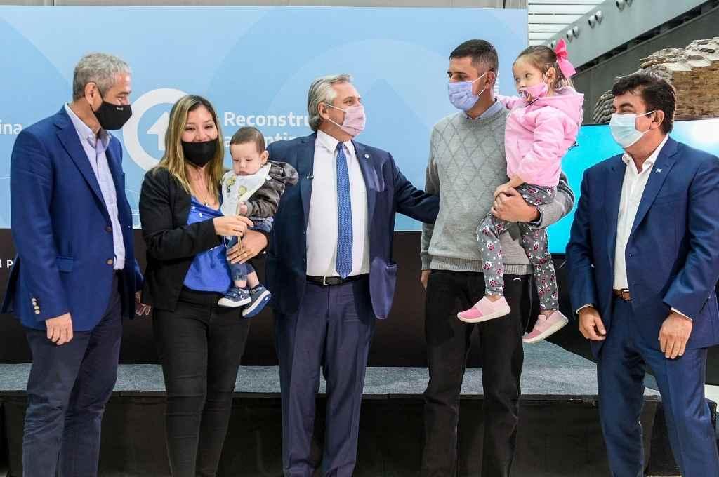 El presidente Fernández junto con algunos de los beneficiarios.    Crédito: Agencia NA