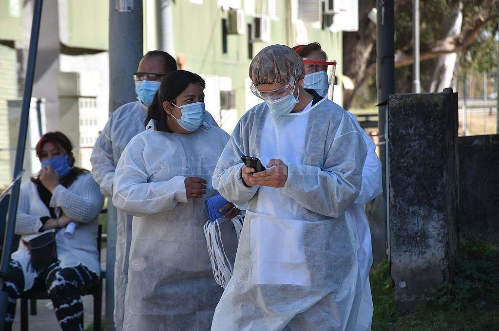 Los equipos de protección personal, habituales en toda actividad sanitaria, se volvieron imprescindibles para dar cada paso en la gestión de la pandemia. Crédito: Flavio Raina