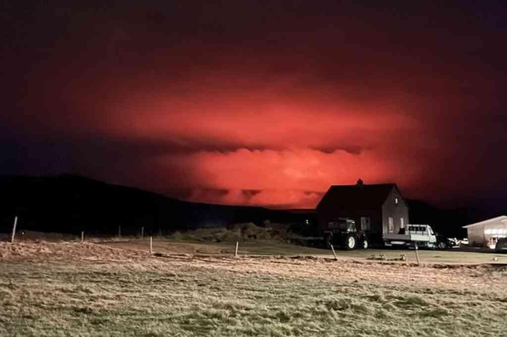 Una erupción volcánica iluminó el cielo cerca de la capital de Islandia. Crédito: Twitter