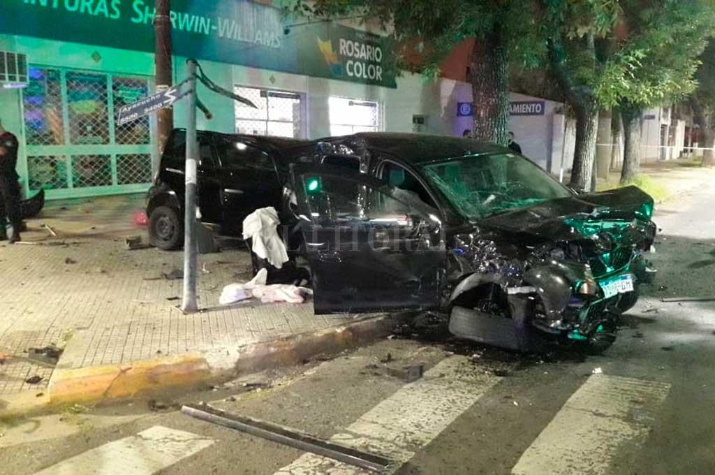 El estado en el que quedaron los automóviles, sobre la vereda, es claro indicio de la violencia del impacto. Crédito: El Litoral