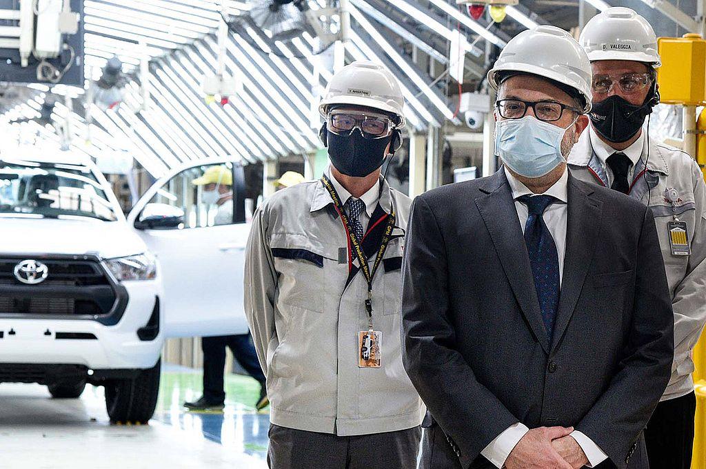 El ministro de Desarrollo Productivo Matias Kulfas, el presidente de Toyota Argentina, Daniel Herrero, y el secretario de Industria, Economía del Conocimiento y Gestión Comercial Externa, Ariel Schale. Crédito: NA