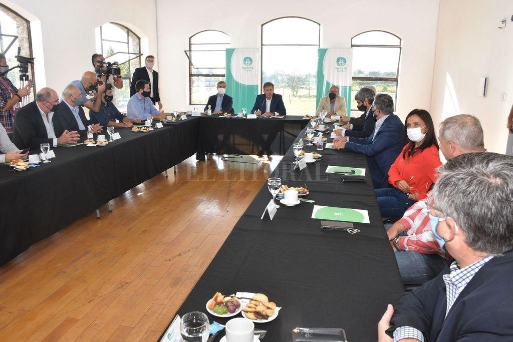 Emilio Jatón encabezó el encuentro, junto a miembros de su gabinete y al presidente del Ente Portuario, Carlos Arese. Crédito: Flavio Raina