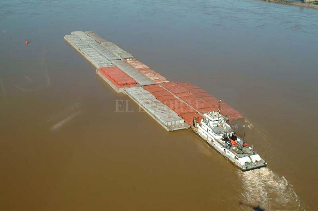 Una barcaza o un convoy de ellas, pueden cargar tanto como un buque pero tienen fondo plano y poco calado. Crédito: Archivo El Litoral