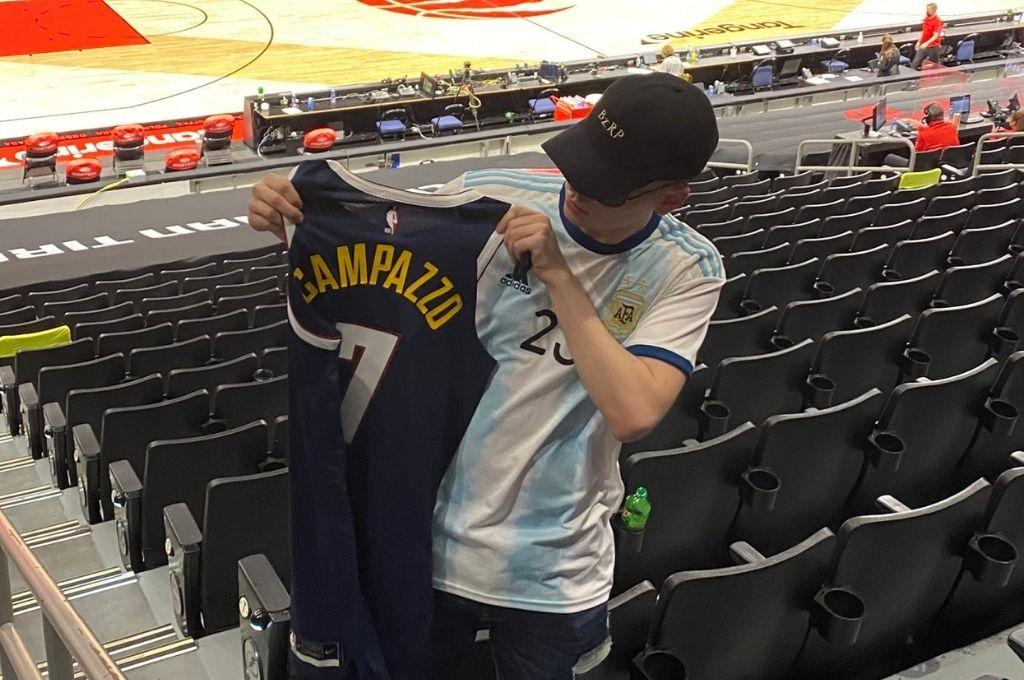 Bizarrap posando con la camiseta de Campazzo. Crédito: Gentileza