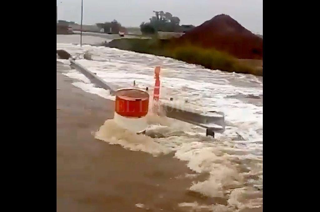 El agua anegó caminos y la APSV y la PSV debieron realizar desvíos. Crédito: Captura digital