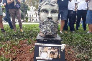 Retiraron un busto de Santiago Maldonado por ser colocado sin autorización en Plaza de Mayo