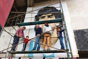 Maradona inmortal en Colón: mural gigante en el Cementerio