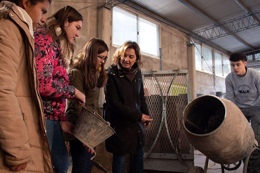 Mariela Guadagnoli y sus alumnos. En la escuela técnica de Gálvez desarrollan un proyecto de adoquines ecológicos elaborados a partir del reciclado de telgopor. Con estos proyectos hasta los docentes van con más ganas a la escuela igual que los chicos. Crédito: Gentileza