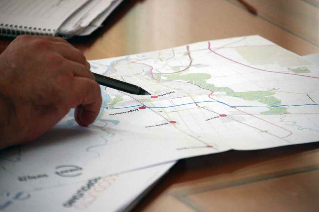 Traza. Los técnicos de Enerfe junto a especialistas delimitaron por dónde viajarán los caños de gas natural que atravesarán el Salado y la Setúbal para llegar a la Costa.   Crédito: Gentileza Enerfe