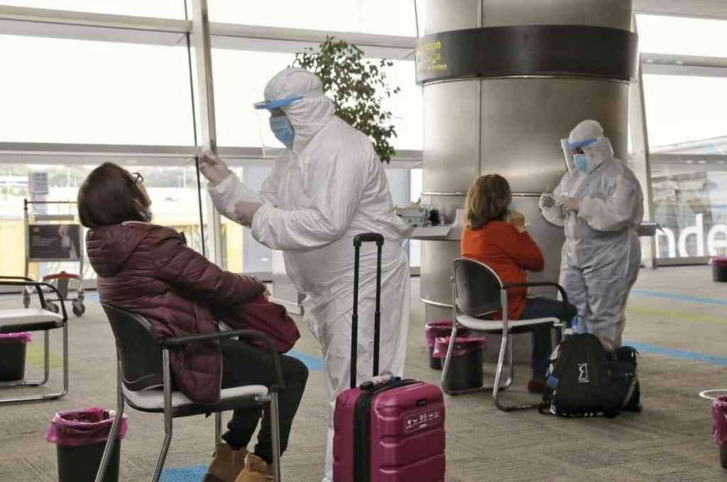Ciudad de Buenos Aires: Operativo de hisopado en el Aeroparque Jorge Newbery a pasajero provenientes de Santiago de Chile.    Crédito: Gentileza