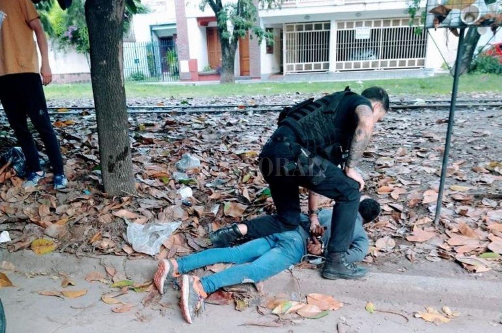 El momento en que personal policial detiene al ladrón. Crédito: El Litoral
