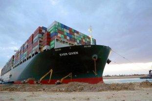 """Canal de Suez: la tripulación del Ever Given continúa """"atrapada"""" en el barco"""