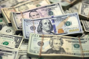 """El dólar oficial abre estable este miércoles y el """"blue"""" se vende a $ 143"""