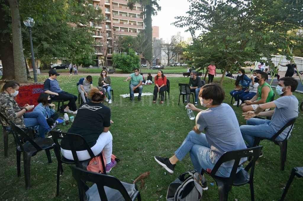 El grupo de organizaciones ambientales, RedCicladores, debatió ultimó los detalles de las ideas que presentarán al Concejo Deliberante la semana próxima.     Crédito: Pablo Aguirre