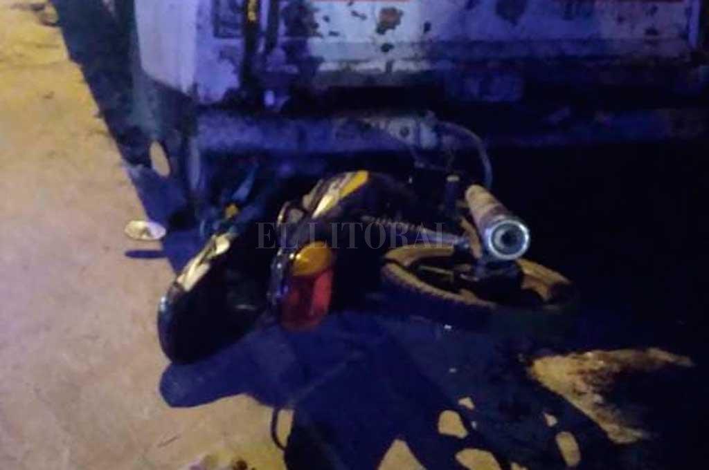 Los delincuentes (un hombre y una mujer) escapaban en moto cuando colisionaron contra una camioneta que estaba estacionada. Crédito: El Litoral