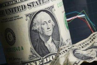 """El dólar oficial opera estable este lunes y el """"blue"""" se vende a $ 142"""