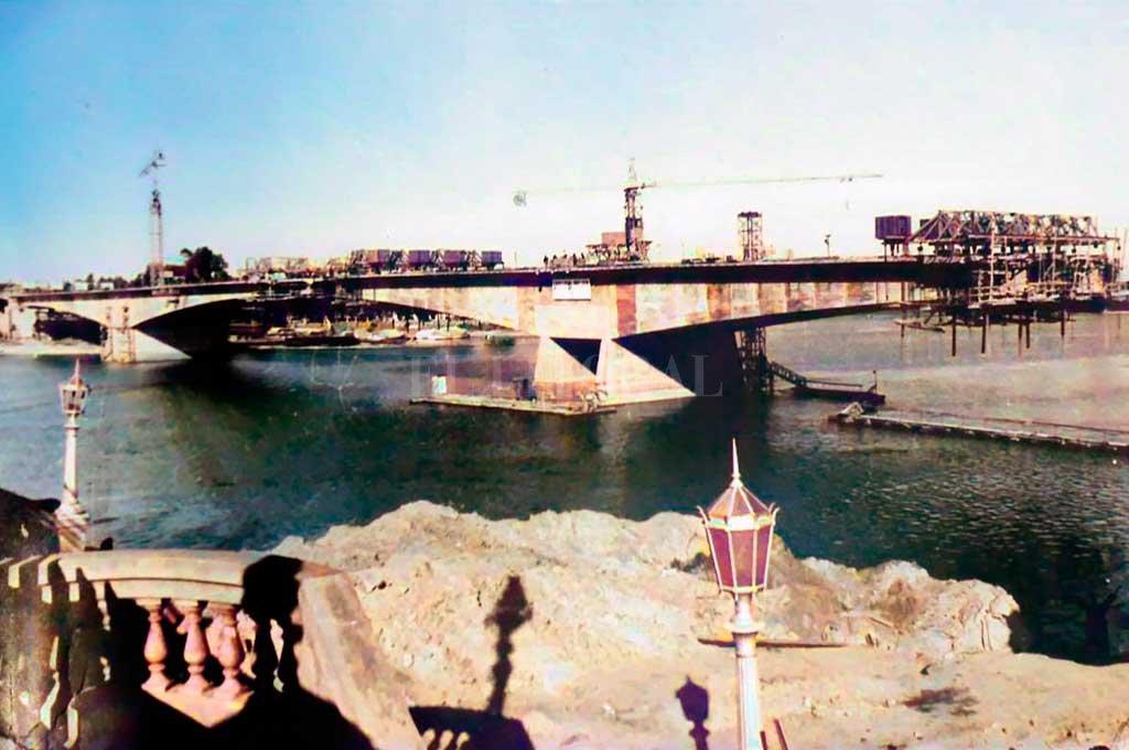 Construcción. La imagen tomada desde la cabecera de acceso al puente Colgante muestra el avance de obra del Oroño, antes de su inauguración, en 1971. Crédito: Gentileza M. Testi.