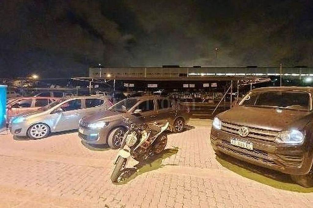 Vehículos incautados a la mujer detenida. Crédito: Captura digital