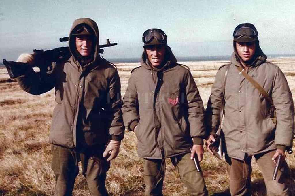 Omar De Felippe (el primero de la izquierda con el arma al hombro), junto a dos compañeros, en las islas. Crédito: Archivo
