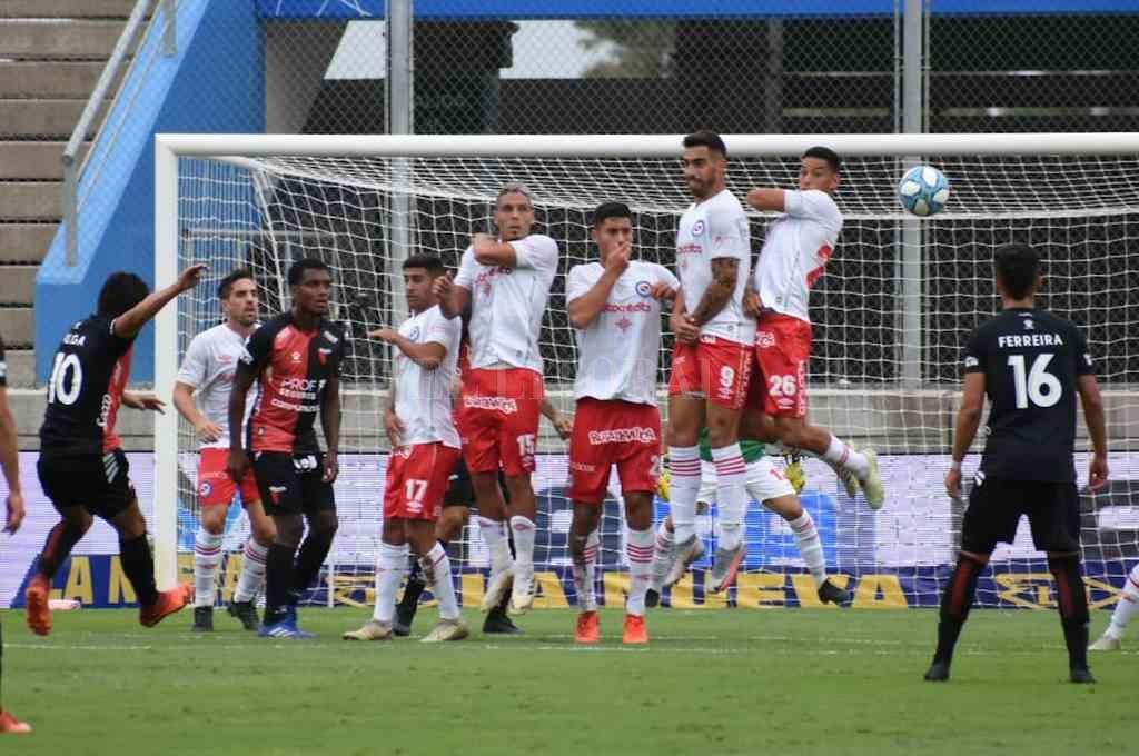 El recuerdo del reciente partido por Copa Argentina. Colón quiere revancha este domingo. Crédito: Archivo