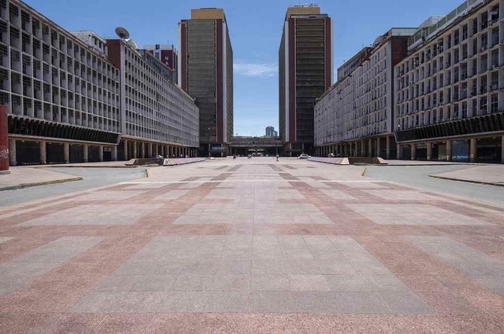 Plaza vacía durante las restricciones de la cuarentena radical para evitar contagios de la enfermedad, en Caracas, Venezuela.    Crédito: Xinhua