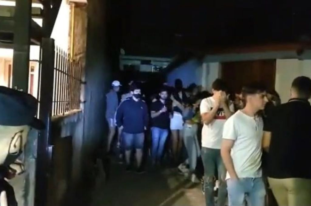 Una de las fiestas clandestinas desarticuladas por el personal policial. Crédito: Gentileza