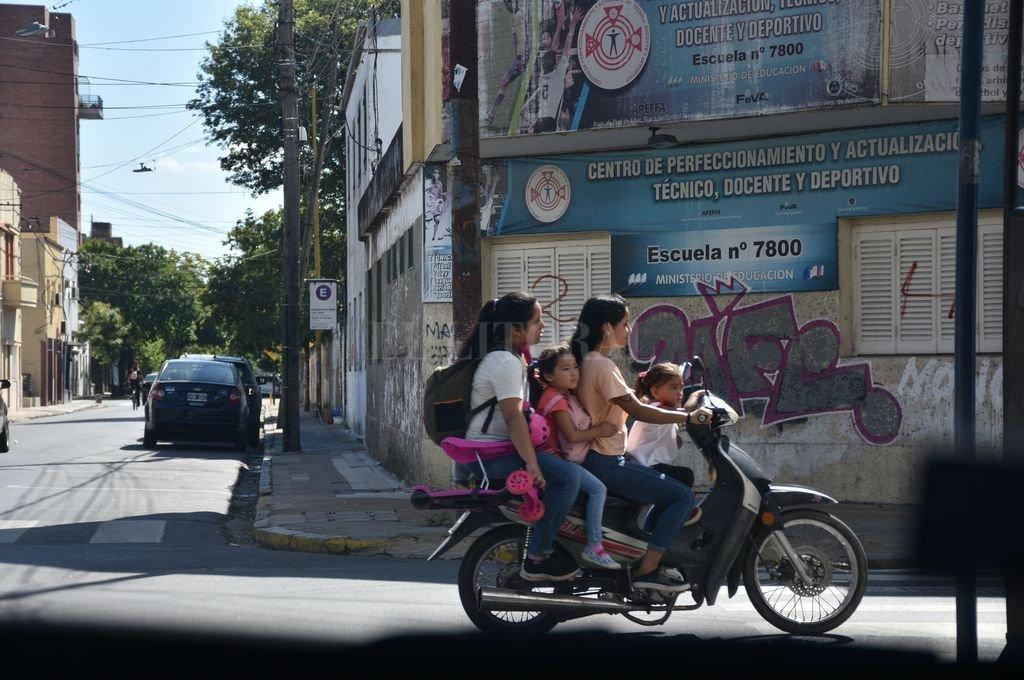 INSTANTÁNEA - Peligro sobre ruedas. Una imagen que se repite demasiado seguido en las calles de la ciudad. Crédito: Manuel Fabatía