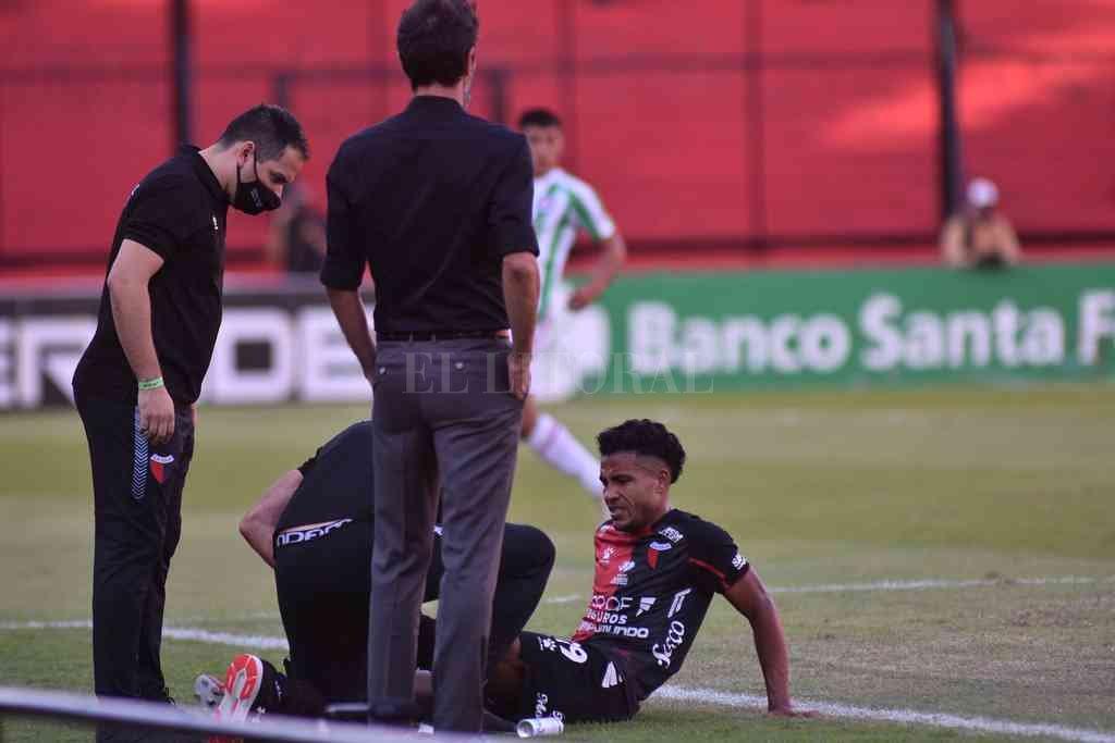 El colombiano Wilson Morelo y el dolor por la molestia que lo acompañó durante su tiempo en la cancha. Crédito: Mauricio Garín