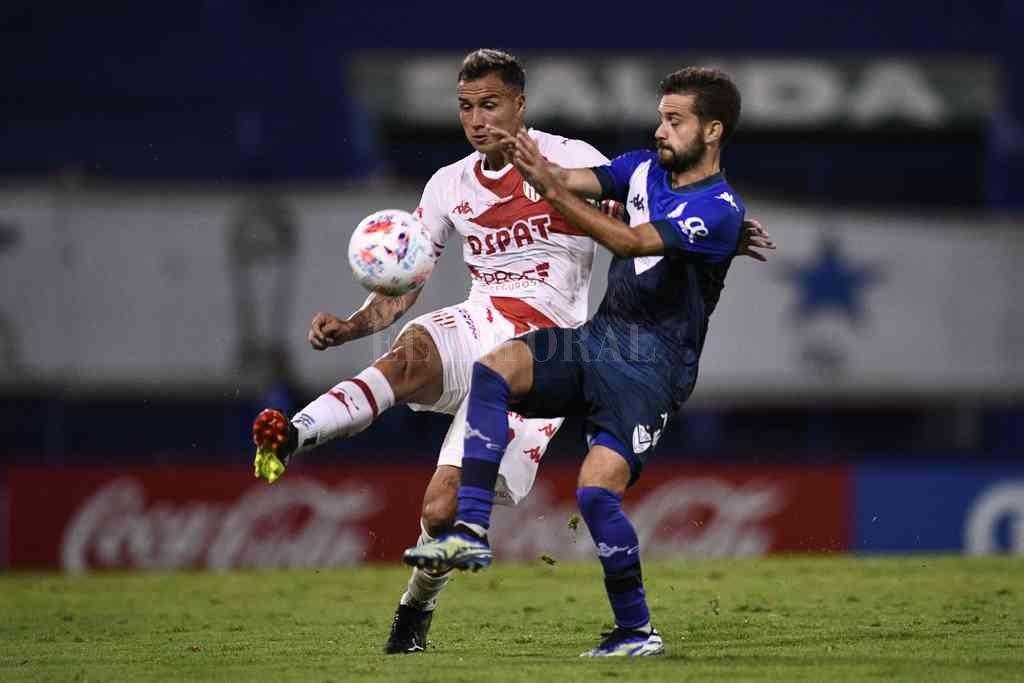 Brian Blasi lucha por la pelota con Bouzat, uno de los principales valores de Vélez, que tuvo en algunos pasajes a maltraer al defensor rojiblanco. Crédito: Matías Nápoli
