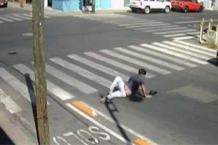 Video: peligrosa esquina hace caer a decenas de peatones
