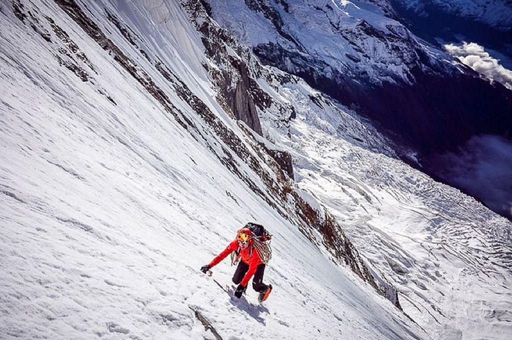 Ueli Steck escalando el Annapurna Nepal Crédito: