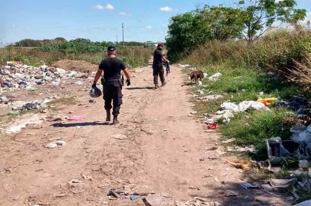 Personal policial recorrió una amplia extensión junto a un perro rastreador, aunque sin resultados.    Crédito: Gentileza